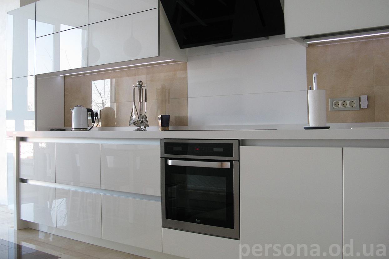 кухня со стеклянными фасадами фото